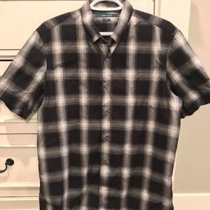 Perry Ellis Mens Short Sleeve Slim Fit Shirt.
